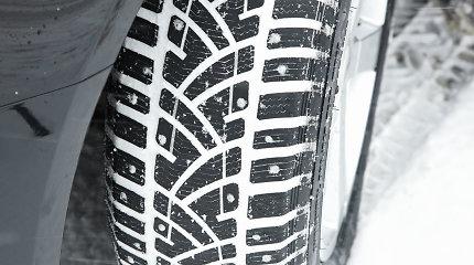 """Vairuotojus """"įkalino"""" įstatymai: prisnigo, bet žieminės dygliuotos padangos dar draudžiamos"""