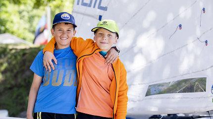 Jaunieji buriuotojai Jokūbas ir Davidas stebina ne tik medaliais – jachtą valdo nuo 3,5 metų