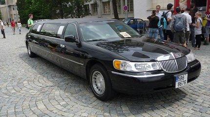 """Kas bendra tarp limuzino """"Lincoln Town Car"""" ir visureigio?"""