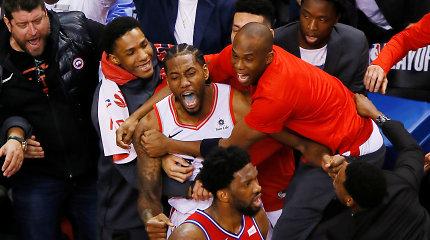 """NBA: neįtikėtinas metimas su sirena išvedė """"Raptors"""" į konferencijos finalą"""