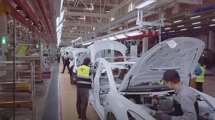 """""""Tesla"""" sulaukė kritikos strėlių: naudoja nekokybiškas detales, darbo sąlygos – pasibaisėtinos"""