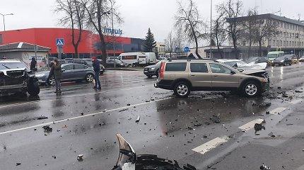 Avarija ilgiausioje Šiaulių gatvėje – susidūrus trims automobiliams buvo prispaustas žmogus