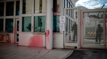 Graikų anarchistai ištepliojo dažais JAV ambasadą Atėnuose, suimti įtariamieji