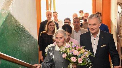 Prezidentas vėl aplankė ponią Kotryną: gėrė mineralinį, valgė sumuštinius ir žadėjo grįžti su tėvuku