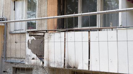 Gaisras daugiabučio  namo balkone