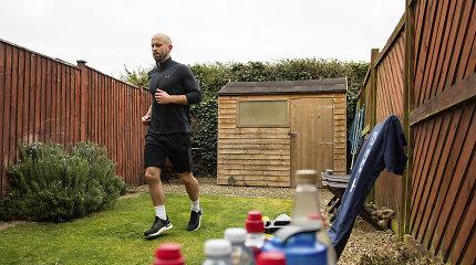 Herojiškas poelgis: kol kieme bėgo maratoną, surinko tūkstančius svarų kovai su pandemija
