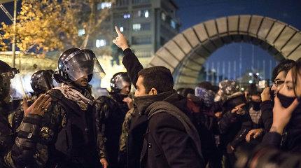 """""""Esame ne piliečiai, o įkaitai"""": iraniečiai išėjo į gatves dėl numušto Ukrainos lėktuvo"""