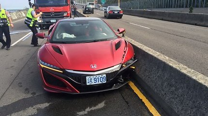 """Taivane sudaužyto """"Honda NSX"""" vairuotojas dėl avarijos kaltina bitę"""