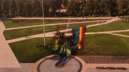 Lukiškių aikštėje iškabinti plakatai, skelbiantys apie homoseksualaus Vyčio skulptūrą: tai – susitaikymo simbolis