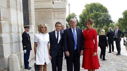 Šįsyk D.Trumpo rankos pynėsi, kai reikėjo pasisveikinti su E.Macrono žmona