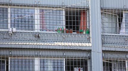 Į Kybartų pataisos namus svečiai atvyko su šaltaisiais ginklais, narkotikais ir naminuke