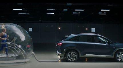 """Neįprastas eksperimentas: """"Hyundai"""" į burbulą uždarė olimpinę plaukimo čempionę ir ją """"pavaišino"""" teršalais"""