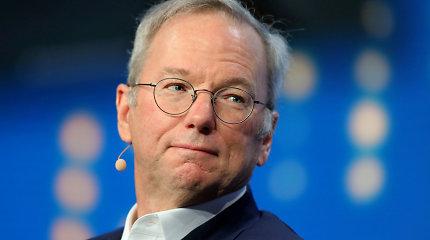 """Atsistatydina """"Google"""" kontroliuojančios kompanijos """"Alphabet"""" valdybos pirmininkas Ericas Schmidtas"""