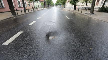 Nepaprasta padėtis Kauno gatvėse: gausybė įdubų naujame asfalte