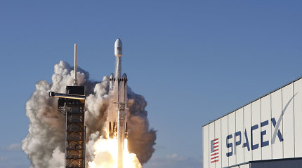 """Idealus """"Falcon Heavy"""" skrydis: saugiai nusileido visi trys varikliai"""