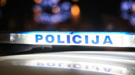 Sostinėje peiliu sužaloti du policininkai, girta trijulė uždaryta į areštinę
