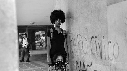 """""""Visą naktį verkiau iš bejėgiškumo"""": aktyvistai kalba apie protestus Kolumbijoje"""