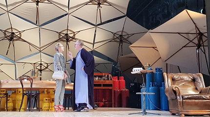 """""""Bet kada galime išlėkti į orą"""": latvių režisierė Klaipėdoje pristato premjerą su žymiais aktoriais"""