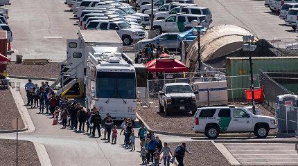 """JAV dėl """"neteisėtų migrantų"""" įves importo muitus visoms Meksikos prekėms"""