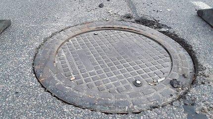 Kanalizacijos šuliniai Vilniaus aplinkkelyje: gyventojai įspėjo apie pavojų dar pernai