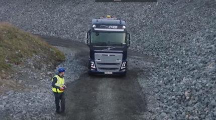 """""""Volvo"""" sukūrė žaislą suaugusiems – radijo bangomis valdomą sunkvežimį"""