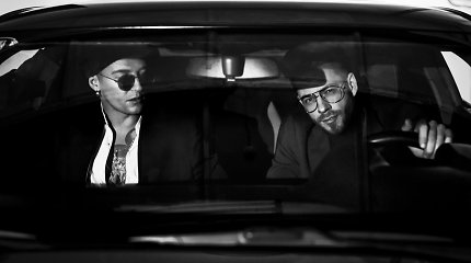 Jurgis Brūzga ir Naglis Bierancas eurovizinės dainos vaizdo klipe juokiasi iš kasdienių situacijų