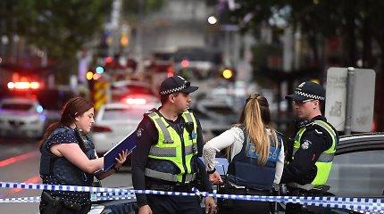 Peiliu ginkluotą užpuoliką prekių vežimėliu puolęs australas benamis sulaukė apdovanojimo