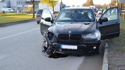 """Šiauliuose automobilių koloną lenkiantis BMW X5 trenkėsi į besukantį """"VW Passat"""""""