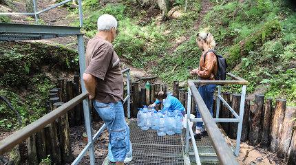 15min ištyrė kai kurių šaltinių vandenį: ar tikrai turi gydomųjų galių ir kaip tinkamai laikyti?