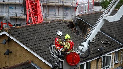 Rytų Londone 20 metrų kranas nuvirto ant namo: viena moteris žuvo, keturi – sužeisti