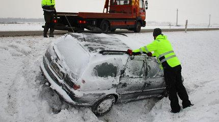 """Panevėžio rajone į griovį nuvažiavęs """"Opel"""" vairuotojas spruko nelaukęs tarnybų"""