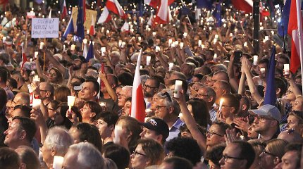 Lenkijos valdančioji partija ketina bausti ją kritikuojančius teisėjus