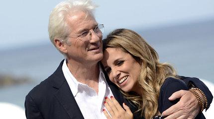 69-erių aktoriaus Richardo Gere'o perpus jaunesnė žmona laukiasi kūdikio