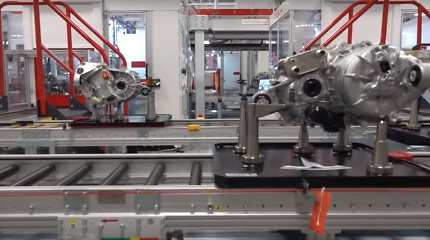 """""""Tesla"""" atvėrė savo gamyklos duris: kas dedasi už """"Gigafactory 1"""" durų?"""