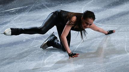 Pasaulio čempionės nesklandumai ant ledo: strigo užtrauktukas, ji krito
