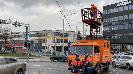 Dėl nutrauktų elektros laidų buvo sustojęs eismas Vilniaus Naugarduko ir Žemaitės g. sankryžoje