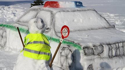 """Kelyje """"Via Baltica"""" eismą kontroliuoja iš sniego sukurtas policijos postas"""