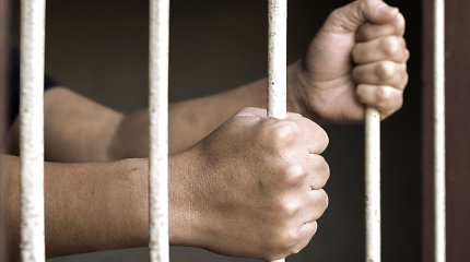 Vyriausybė ieško būdų įdarbinti daugiau nuteistųjų už kalėjimo ribų