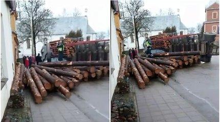 Čekiškėje apvirto miškovežis: pabirę rąstai apgadino namo sieną, savininkei prireikė medikų