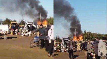 Kuriozinis vaizdelis Klaipėdos rajone: gaisras pašonėje nesudrumstė blusturgio prekybos