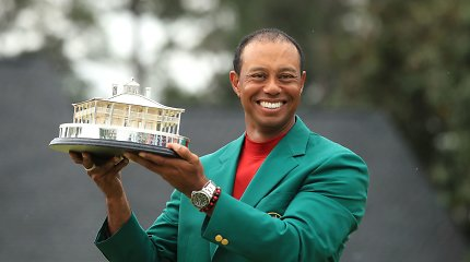 """Įspūdingas golfo legendos sugrįžimas – Tigeris Woodsas triumfavo """"Masters"""" turnyre"""