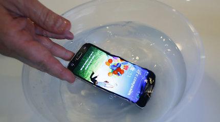 """Reklamos auka: vandeniui atsparus """"iPhone 7"""" sušlapęs sugedo, bet jo niekas netaiso"""
