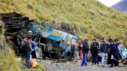 Bolivijoje nuo skardžio nulėkus autobusui žuvo 20 žmonių