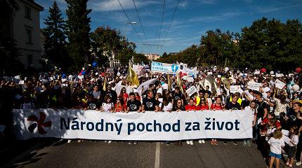 Slovakijoje dešimtys tūkstančių žmonių išėjo protestuoti prieš abortus