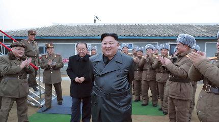 Šiaurės Korėjos lyderis stebėjoreaktyvinės salvinės ugnies sistemos bandymą