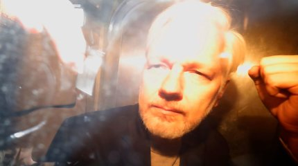 Švedijos prokuratūra paprašė išduoti orderį Juliano Assange'o areštui