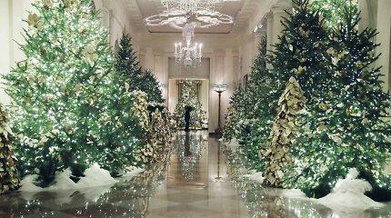 """Melania Trump pasidalino """"patriotiškomis"""" Baltųjų rūmų kalėdinėmis dekoracijomis"""