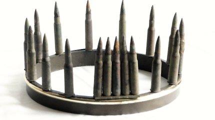 Menininkė karūną gamino iš antikvarinių šaudmenų – policija patarė nekvailioti