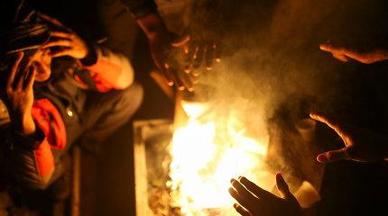 ES siūlo paramą, tačiau ragina atstatyti migrantų stovyklą Bosnijoje