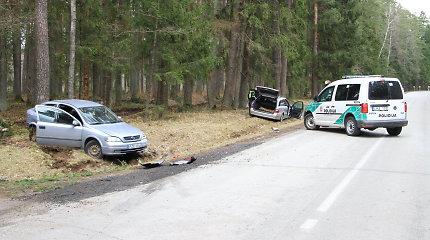"""Panevėžio rajone """"Mercedes"""" rėžėsi į apsisukti nusprendusio vairuotojo """"Opel"""""""